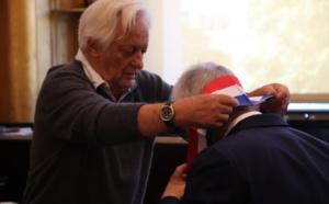 Doyen de l'assemblée, Rémi Lescoeur a remis l'écharpe tricolore à Pierre-Christophe Baguet. (©Maxime Gil / Actu Hauts-de-Seine)